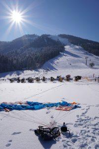 Fallschirm im Schnee nach Gleitschirmflug