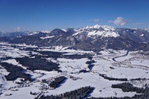 Winterlandschaft bei Tandemflug über Kössen
