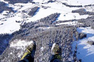 Sicht nach unten bei Tandem Gleitschirmflug