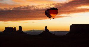 Amerikanischer und deutscher Ballon über dem Monument Valley