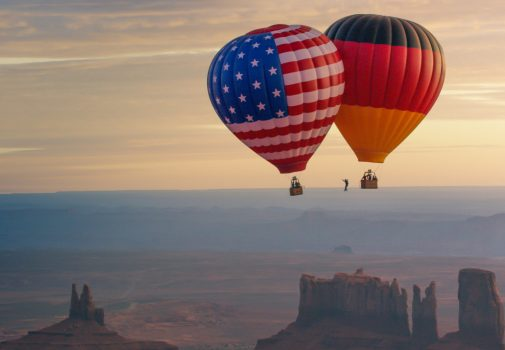 Ballon Highline über dem Monument Valley